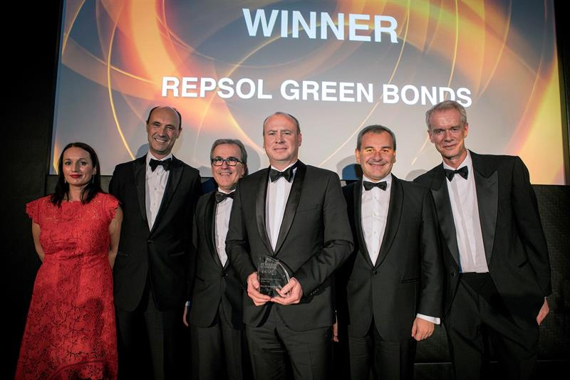 Repsol receives an award for its green bonds that combat climate change